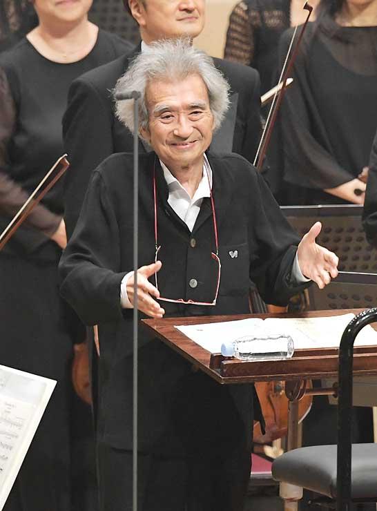 セイジ・オザワ松本フェスティバルで演奏後に笑顔を見せる小澤征爾総監督=2017年8月