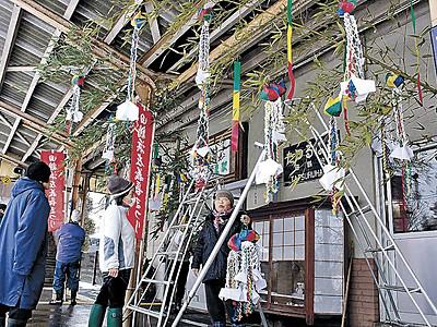 厄よけ人形飾り付け 七尾・田鶴浜駅、独特の左義長紹介