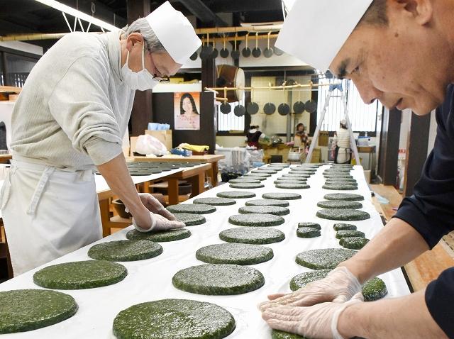 作業台にずらりと並んだばんこもち=29日、福井県池田町のふるさとふれあい道場