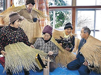 アマメハギ衣装完成 能登町・秋吉公民館、有志がわら編み