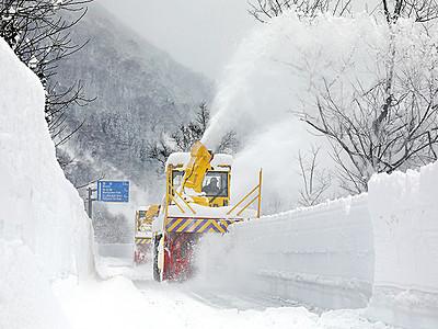 開通向け除雪始まる 立山黒部アルペンルート