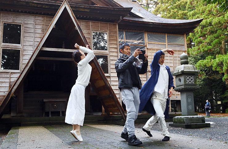 埴生護国八幡宮で夫婦ダンスデュオのダンス動画を撮影する元井さん(中央)