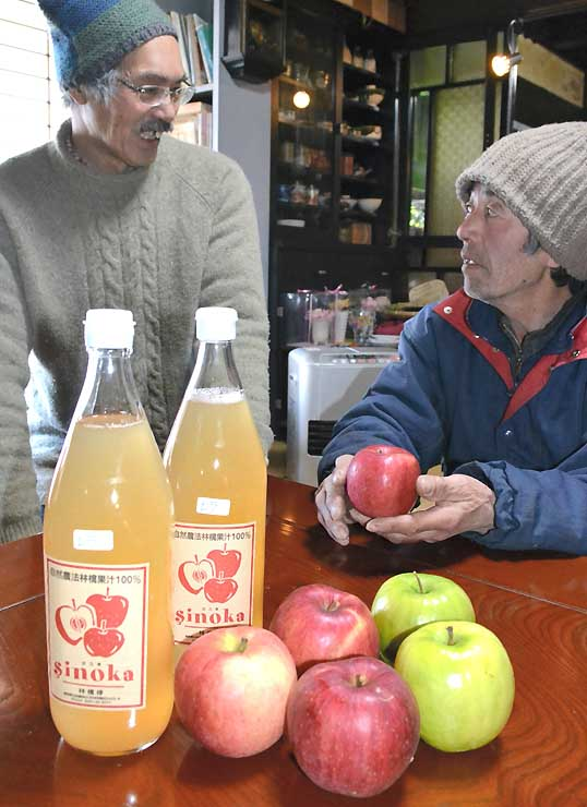 「れら」を使ったリンゴジュースを作った町田さん(右)。手前の赤い実が「れら」で、青リンゴは「グラニースミス」