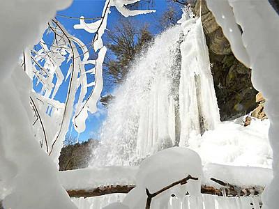 冬の乙女は、震える美しさ 茅野・横谷渓谷の氷瀑
