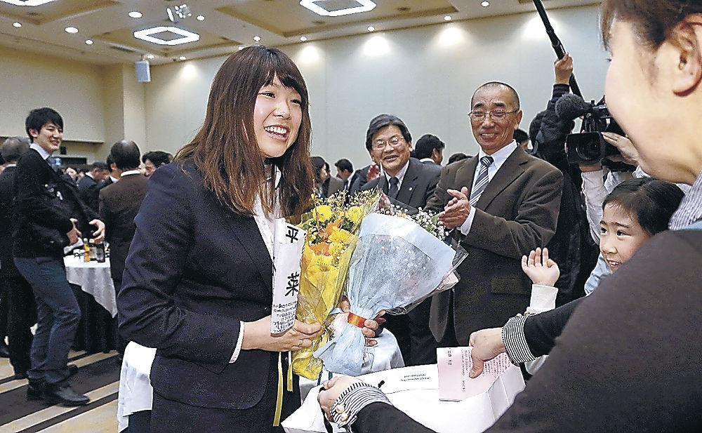 激励会で知人から祝福を受ける石川選手=金沢市内のホテル