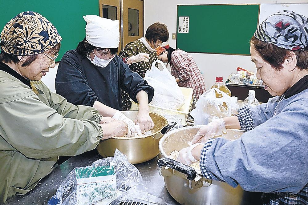 味噌造りの作業を進める部会員=七尾市御祓公民館
