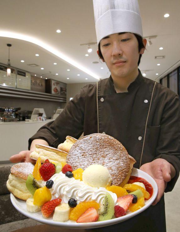 「レジーナスイーツ&ベーカリー」のガチ盛りパンケーキ。オーダーを受けてからメレンゲを作り焼き上げる=上越市西城町3