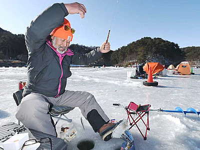ワカサギ穴釣り開始 松本の美鈴湖、釣果は上々