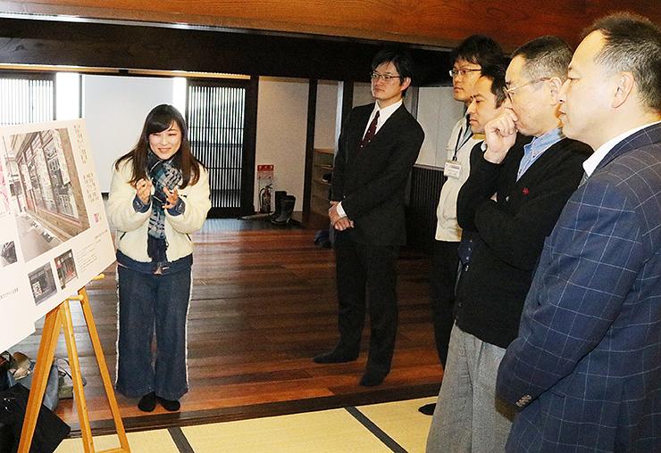 デザイン企画案を審査員に紹介する松野さん(左)=高岡御車山会館