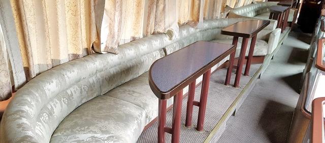 敦賀市がJR西日本から譲渡される予定のトワイライトエクスプレスのソファ、テーブル