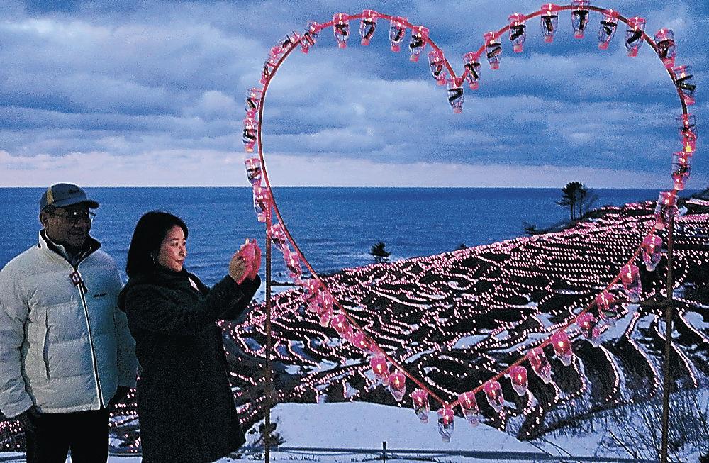千枚田に設置されたハート形のイルミネーション=輪島市白米町