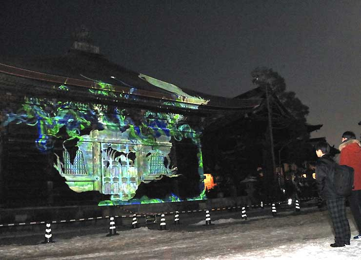 長野高専の学生らが制作したプロジェクションマッピング映像が、善光寺境内の「経蔵」壁面に映し出された