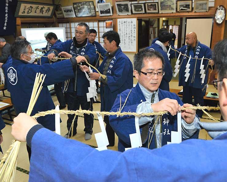 拝観式で身に着けるしめ縄を準備する氏子総代ら=2日午後7時ごろ、諏訪市の八剣神社