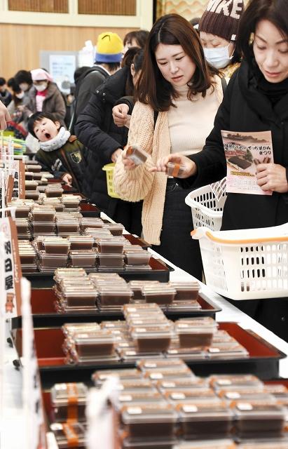 大野市内の菓子店が一堂に集まる「でっち羊かんまつり」=3日、福井県大野市明倫町の越前おおのまちなか交流センター