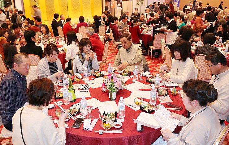 富山の旬の食材を使った料理や地酒を楽しむ来場者=第一イン新湊