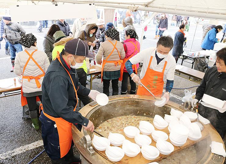 さまざまな種類の鍋が提供された会場=グリーンパーク吉峰