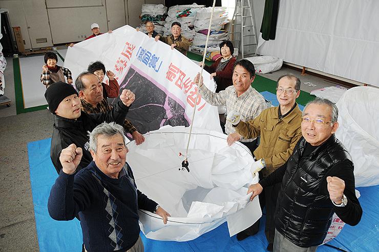 雪あかり祭りに向け、一丸となって紙風船づくりに取り組む住民ら