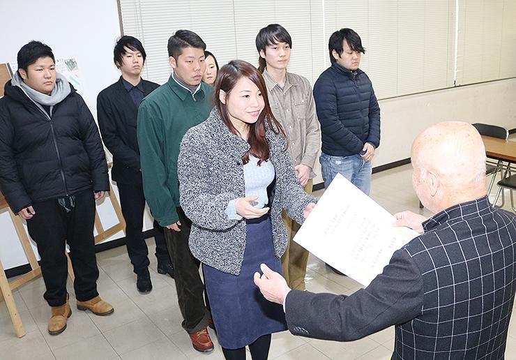 吉田理事長(右)から賞状を受け取る中島さん(中央)