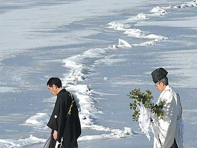 諏訪湖、厳かに拝観式 5季ぶり御神渡り