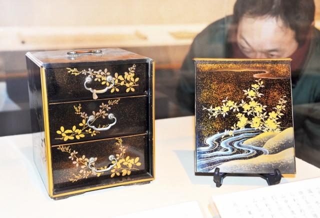 各地の玉川を詠んだ有名な六つの和歌の風景を各面に描いた菓子箪笥=福井市立郷土歴史博物館