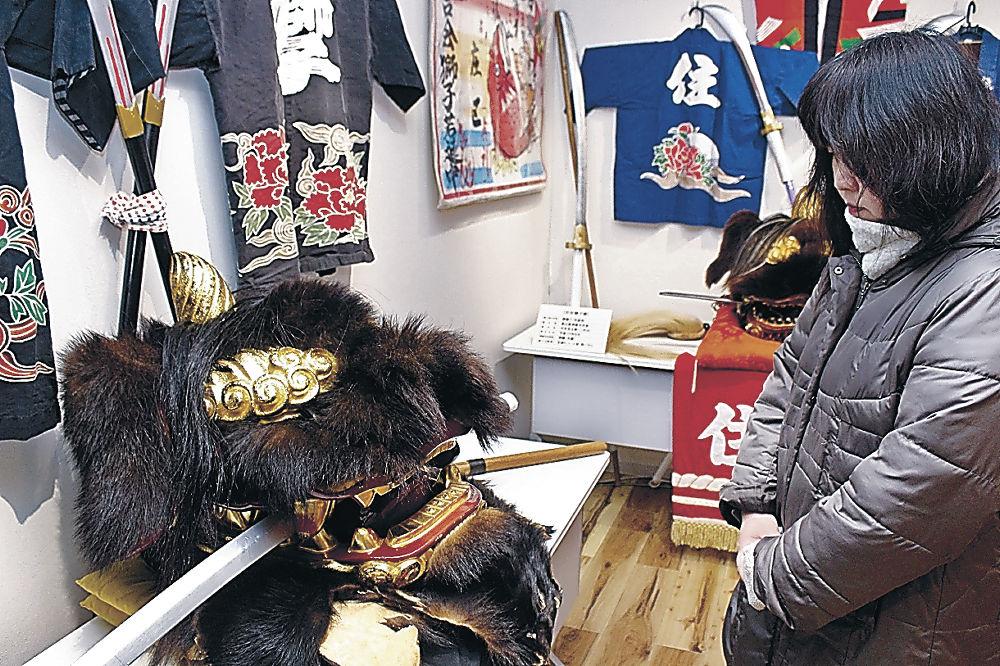熊の毛皮を貼った清水区の「熊獅子」(左)=津幡町の津幡ふるさと歴史館