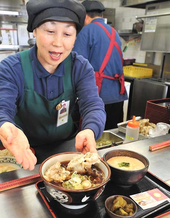 松代PA下り線で提供されているマイタケの天ぷらそばとミニとろろご飯のセット