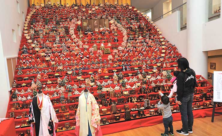 約千体の人形とハート形にぼんぼりが並ぶ30段のひな飾り=須坂市の世界の民俗人形博物館