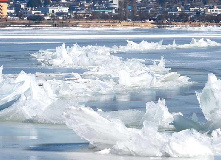連日の冷え込みで大きさを増した氷のせり上がり=岡谷市湊沖
