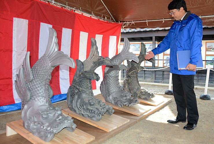 松本城黒門の屋根に取り付けるしゃちほこ。左から1番目と3番目が新品