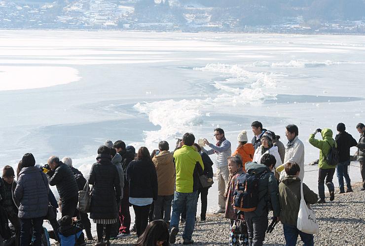 一之御渡りを見物する観光客らでにぎわう諏訪湖畔=10日、下諏訪町東赤砂