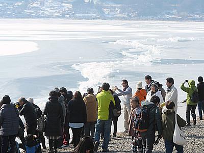 諏訪湖「御神渡り」迫力の造形に歓声
