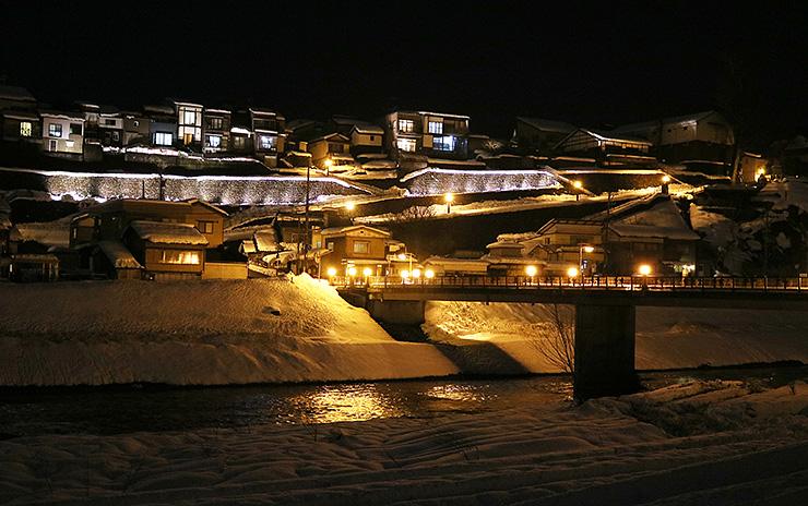ライトアップされた禅寺坂周辺の石垣。手前を流れるのは井田川=富山市八尾町西町