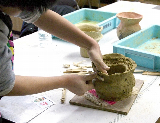 土器作りを楽しんだ3年前の体験学習会=福井市文化財保護センター