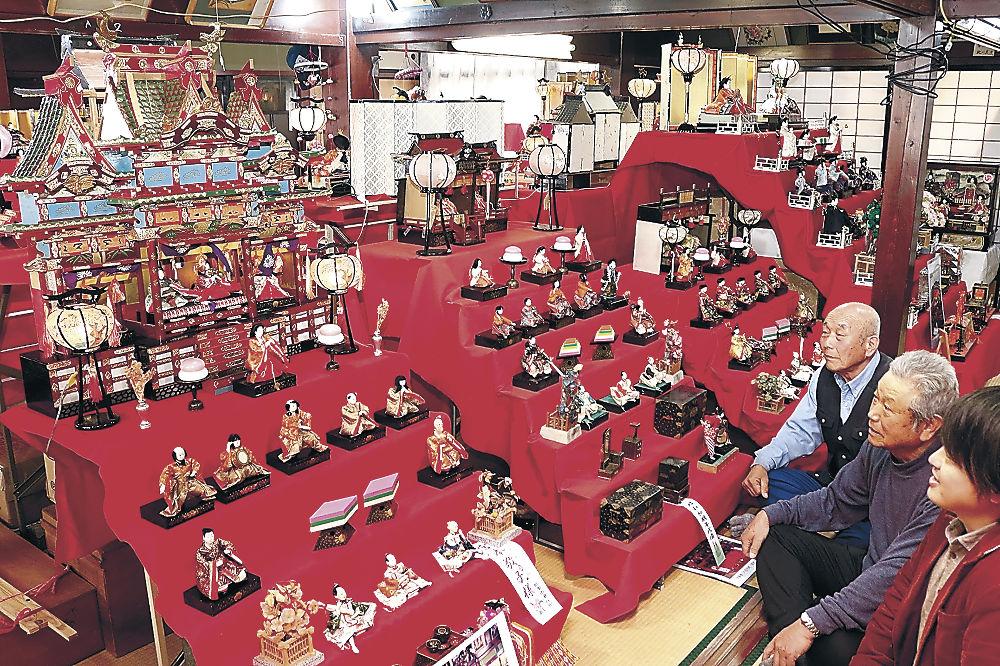 多彩なひな人形が並んだ会場=小松市串町の芸遊塾