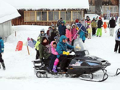 雪遊びに歓声 となみ夢の平スノーフェス