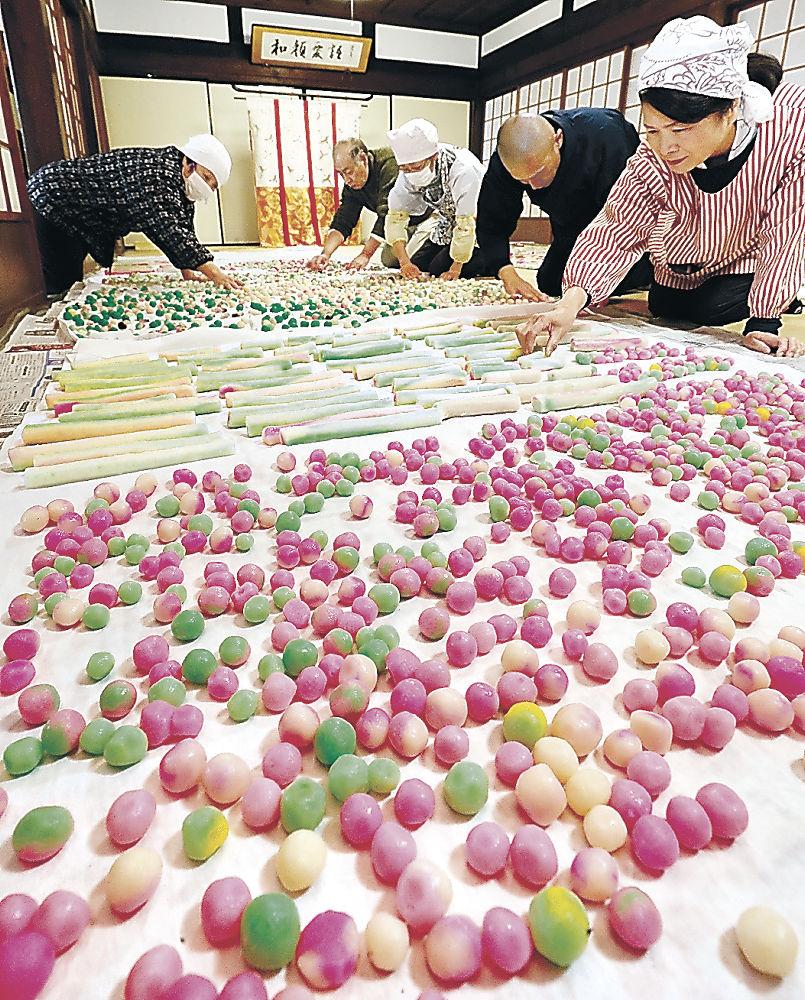 一面に並べられた色とりどりの涅槃団子=金沢市長坂町の大乘寺