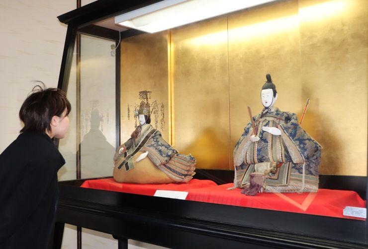 ビロードを用いた衣装が華やかな享保雛=新潟市江南区の北方文化博物館