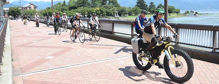 小口良平さん(右)が開いた諏訪湖周などを自転車で巡るイベント=2017年8月、岡谷市