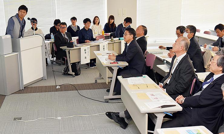 成果を報告する東洋大の学生(左)