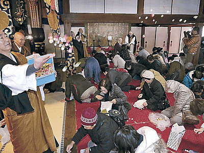 健康願い団子まき 金沢・大乘寺で涅槃会