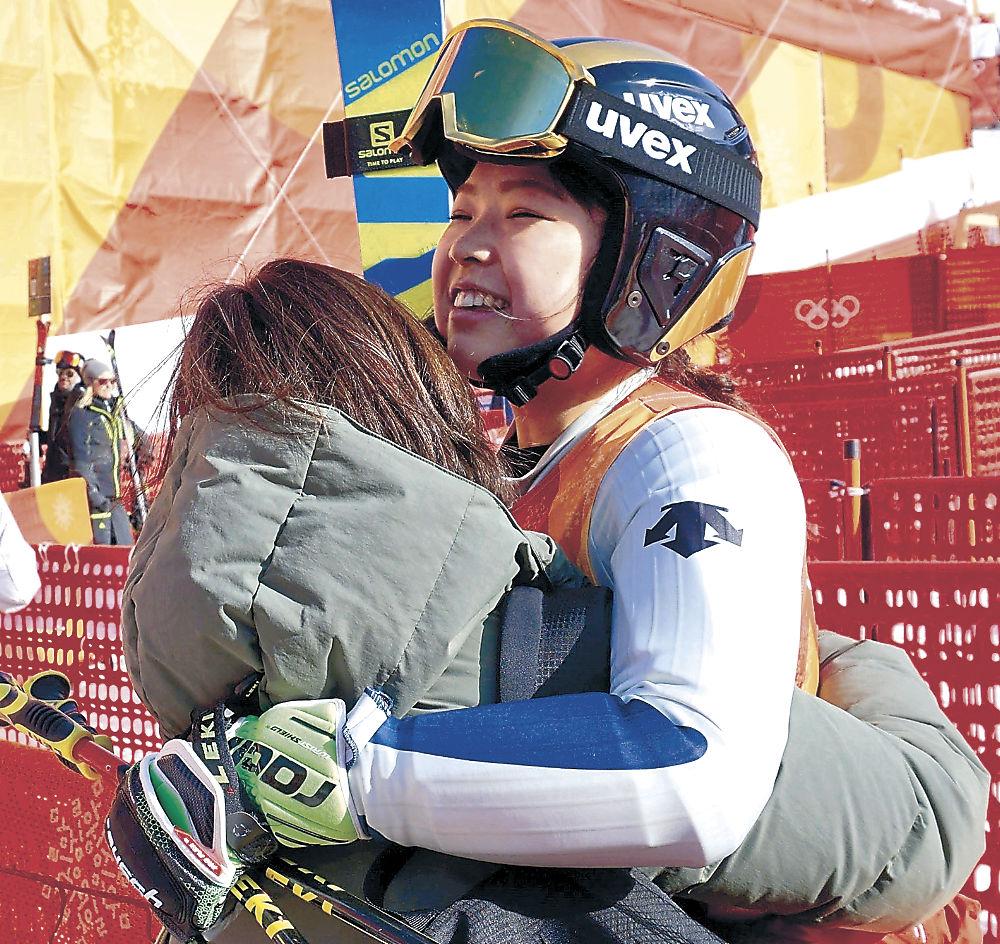 レース後、母親と抱き合う石川選手=竜平アルペンセンター(清水義晃撮影)
