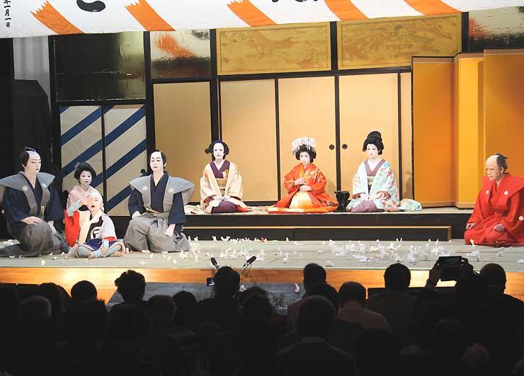 伊那市長谷で2016年11月に行われた中尾歌舞伎の秋季公演。保存会は1年半ぶりとなる公演を今年4月に開く