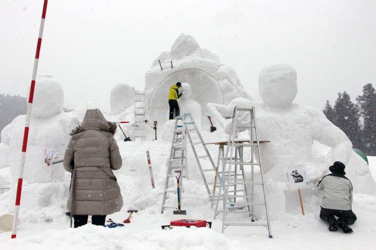 十日町雪まつりの開幕を控え、追い込み段階を迎えた「水沢雪まつり会」の雪像づくり=15日、十日町市馬場甲