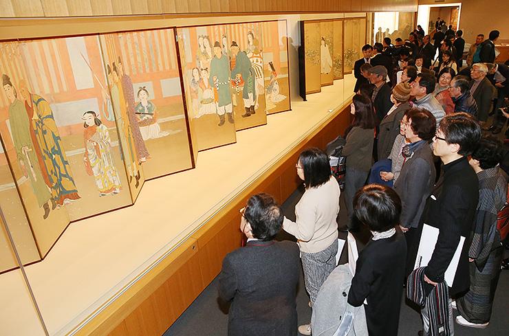 107年ぶりの公開となる「太子」(左)に見入る来場者=県水墨美術館