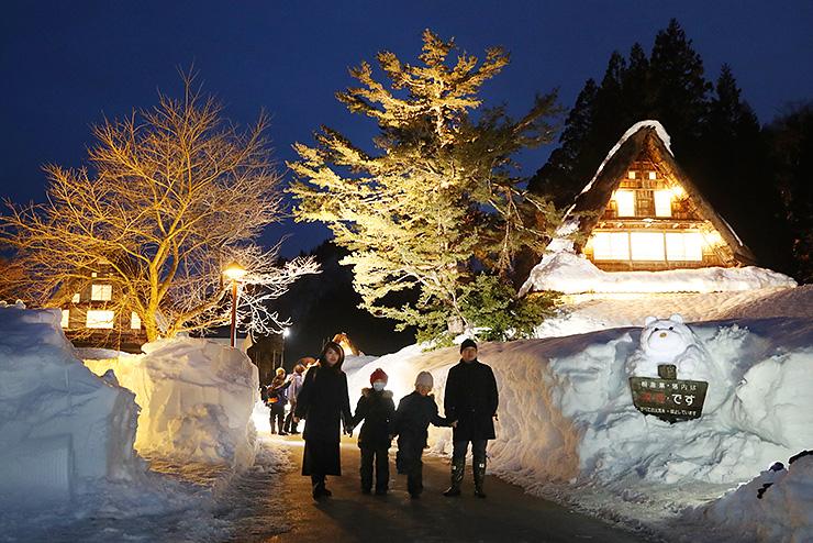 雪景色の中、ライトアップされた合掌造り集落=南砺市相倉