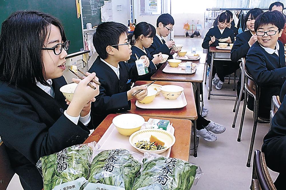 金沢春菊を使った給食を味わう児童=金沢市扇台小