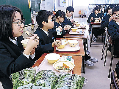 給食に金沢春菊「甘い」 扇台小で提供