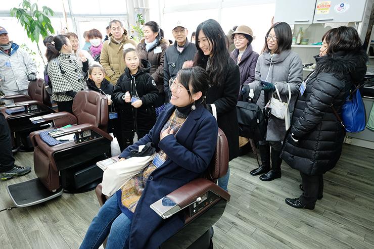 錦戸さんがひげをそってもらうシーンで座った椅子に腰掛けて喜ぶファン=理容オオタ