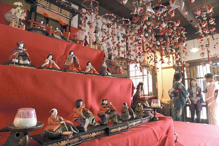「北国街道ほんまち町屋館」に飾られたひな人形やつるしびな