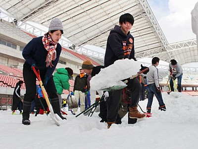 アルビサポーターら 選手のために雪と格闘 ビッグスワン